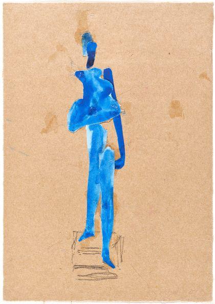 Frauenfigur in Blau, eine Stufe herabsteigend