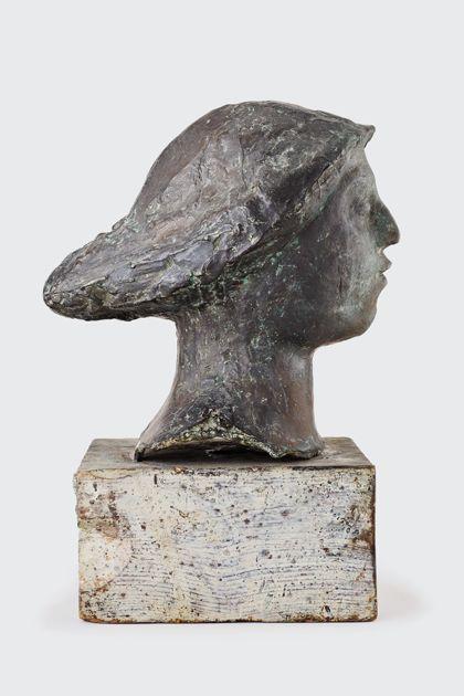 Bronzekopf mit Hut auf Holzsockel, Seitenansicht nach rechts