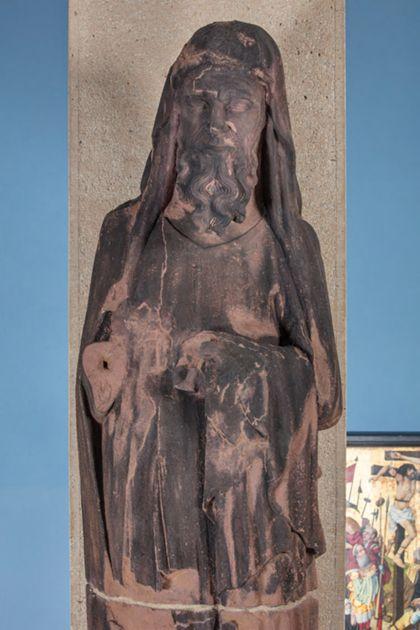 Weit überlebensgroße Sandsteinfigur eines schmalen, in den Proportionen gelängten Propheten ohne Attribut, Detail des Oberkörpers.