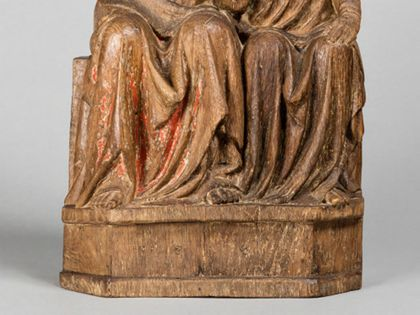 Christus und Johannes sitzen dicht nebeneinander. Johannes hat seinen Kopf an die Brust Jesu gelehnt. Dieser hat eine Hand auf seine Schulter gelegt, Detail der unteren Partie der Figurengruppe.
