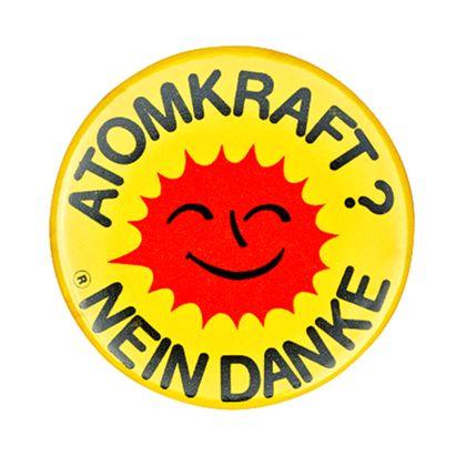Button mit ATOMKRAFT NEIN DANKE Logo (lachende rote Sonne auf gelbem Grund)