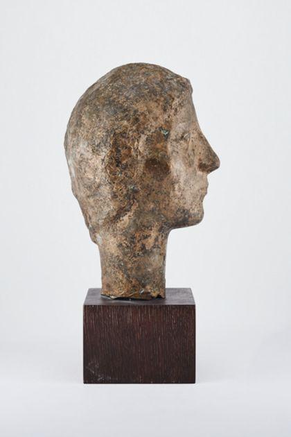 Bronzekopf einer jungen Frau oder eines jungen Mannes auf Holzsockel, Seitenansicht nach rechts