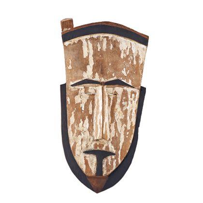 Schildförmige Holzmaske mit angeschnitzter Höhlung für das Gesicht des Trägers. Mit weißem, zum großen Teil abgeblätterten Kalküberzug und schwarzer Fassung von Mund, Augenbrauen, Bart und oberer Begrenzung gestaltet.