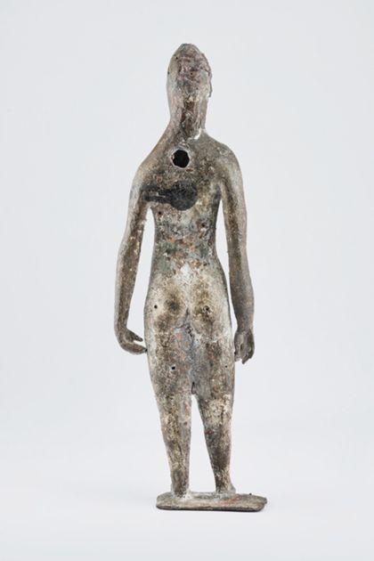Bronzefigur eines stehenden weiblichen Aktes mit langem Haar auf schmaler Standplatte, Rückansicht mit Loch