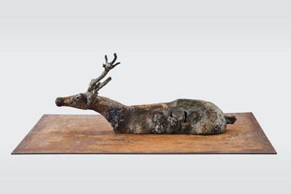 Rentierkörper aus Metall ohne Beine auf Platte montiert, Seitenansicht nach links