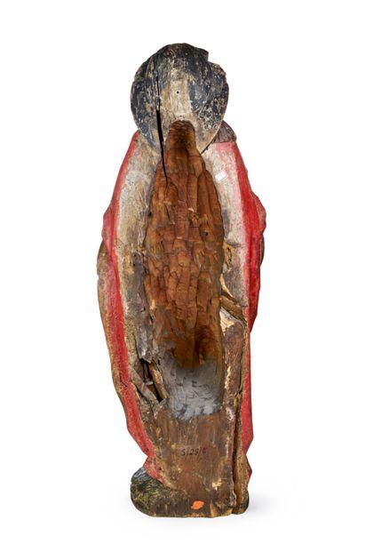 Gefasste Holzskulptur des heiligen Jakobus des Älteren in der Tracht der Santiago-Pilger mit breitkrempigem Hut, Wanderstab (verloren) und Reisetasche, Ansicht der ausgehöhlten Rückseite.