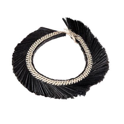 Kopfschmuck aus schwarz gefärbtem Bast, zusammen geflochten in dekorativer Art mit naturfarbenem Bast.