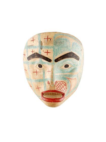 Die Maske aus Zedernholz stellt eine Ahnin dar.