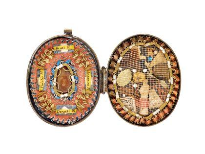 Aufklappbares Amulett, gefüllt mit Segenssprüchen und kleineren Votiven