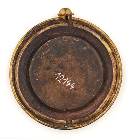 Hostienkapsel mit Agnus Dei, vergoldet, graviert, Rückseite.