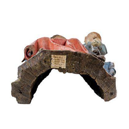 Gefasste Holzskulptur der thronenden Muttergottes, die das seitlich neben ihr auf der Bank stehende Jesuskind im Arm hält, Ansicht von unten.