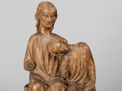 Christus und Johannes sitzen dicht nebeneinander. Johannes hat seinen Kopf an die Brust Jesu gelehnt. Dieser hat eine Hand auf seine Schulter gelegt, Detail der Oberkörper.