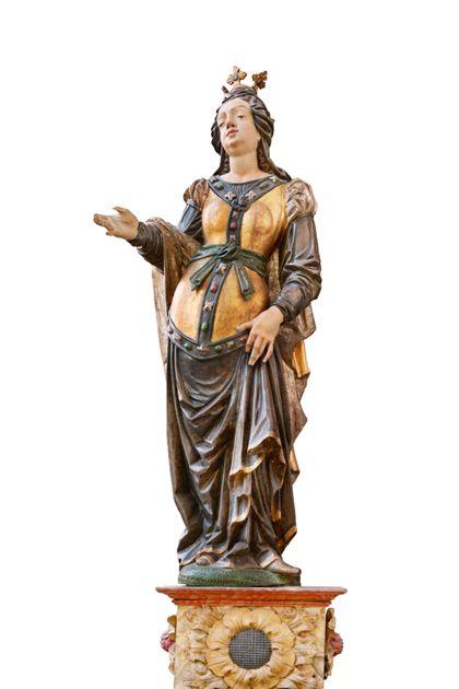 Auf einem Sockel stehende weibliche Heilige ohne Attribute.
