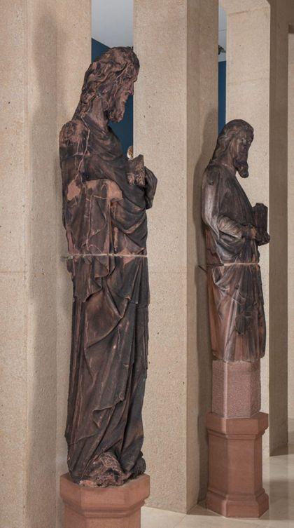 Weit überlebensgroße Sandsteinfigur des schmalen, in den Proportionen gelängten Propheten Moses, Seitenansicht von links.