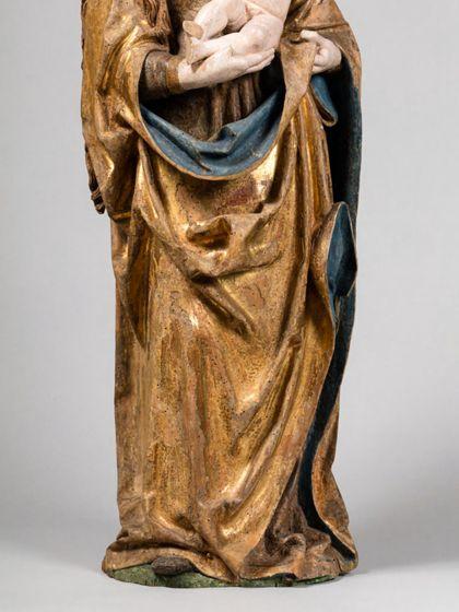 Gefasste Holzskulptur der stehenden Muttergottes mit Kind, Detail der unteren Gewnadpartien.