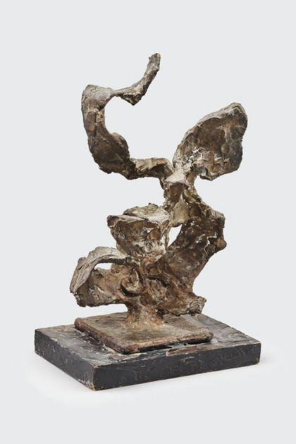 Abstrakte Bronzeplastik auf Holzsockel mit nach oben strebenden Elementen