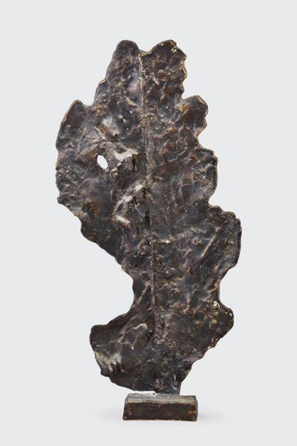 Abstrakte Bronze in Blattform auf kleinem Sockel