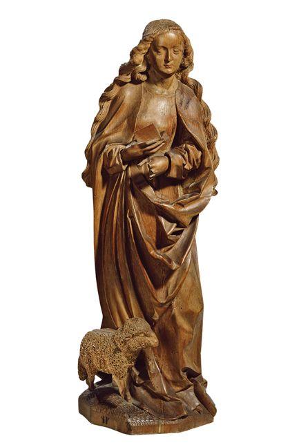 Eine rundum ausgearbeitete Skulptur der Heiligen Agnes mit dem kleinen Schäfchen zu ihren Füßen.