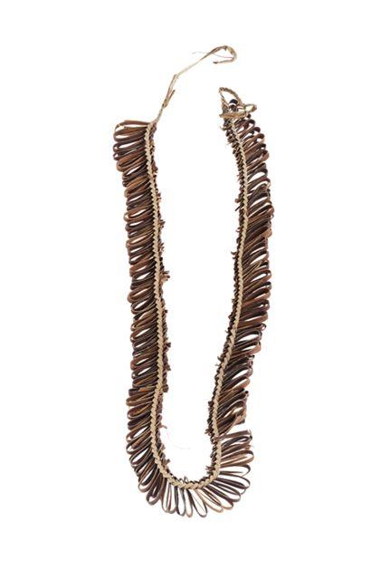 Halsband aus einem aufgespaltenen Pandanuss-Streifen geflochten, in das Blattstreifen in fortlaufenden Schlingen eingearbeitet sind.