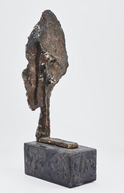 Abstrakte Bronzeskulptur mit flacher ovaler Fläche über einem Stiel mit der Standplatte verbunden, auf Sockel