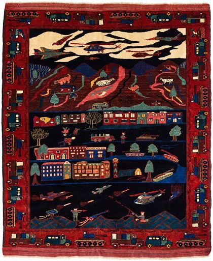 Ein handgefertigter Teppich aus Schafswolle, in dessen Gewebe in dunklen Farbtönen in drei verschiedenen Bildzonen Szenen einer Kampfhandlung in der Dunkelheit bei Nacht geknüpft sind. Gezeigt werden beispielsweise zerstörte Gebäude, der Überlebenskampf der Tierwelt, aber auch Helikopter und Panzer.