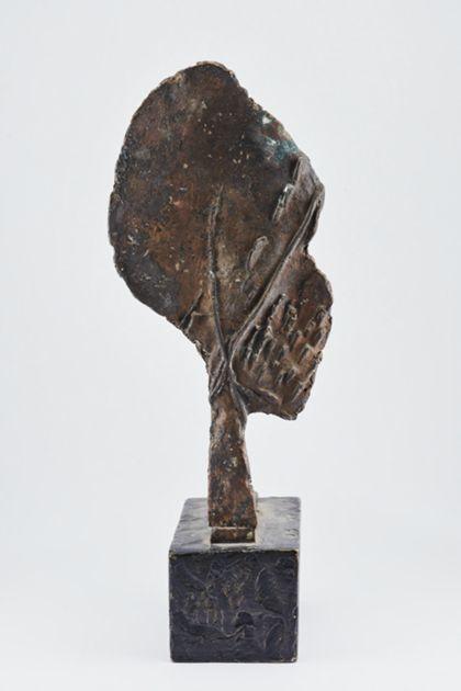 Abstrakte Bronzeskulptur mit flacher ovaler Fläche über einem Stiel mit der Standplatte verbunden, auf Sockel, Rückansicht