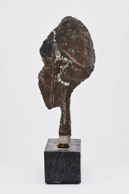 Abstrakte Bronzeskulptur mit flacher ovaler Fläche über einem Stiel mit der Standplatte verbunden, auf Sockel, Vorderansicht