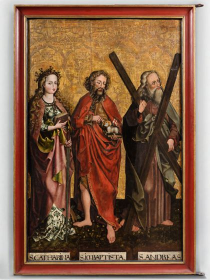 Vor Goldgrund stehen drei Heilige mit ihren Attributen. Von links nach rechts Katharina, Johannes der Täufer, Andreas.
