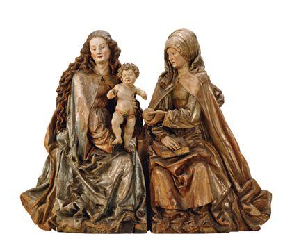 Figurengruppe mit der Darstellung der heiligen Anna selbdritt: Anna und ihre Tochter Maria sitzen nebeneinander, das auf ihrem Schoß stehende Jesuskind wird von Maria gehalten.