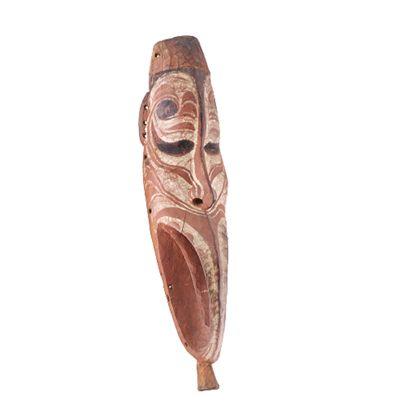 Lange, schmale Maske aus Holz mit henkelartigem Unterteil. Darstellung eines menschlichen Gesichts.