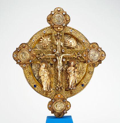 Hochgotisches Scheibenkreuz mit Maria und Johannes unter dem Kreuz mit Christuscorpus sowie Evangelistenmedaillons an den Kreuzenden.