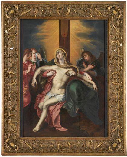 Der eben vom Kreuz abgenommene Leichnam Jesu liegt in den Armen der Mutter-gottes, umhüllt von ihrem Gewand. Im Hintergrund die trauernde Maria Magdalena und zwei Engel. Ansicht mit vergoldetem Rahmen.