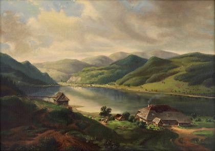 Der Titisee im sommerlichen Schwarzwald, im Vordergrund am Ufer mehrere Häuser.