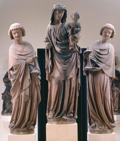 Sandsteinfigur einer stehenden Muttergottes mit Kind, flankiert von zwei Leuchterengeln.