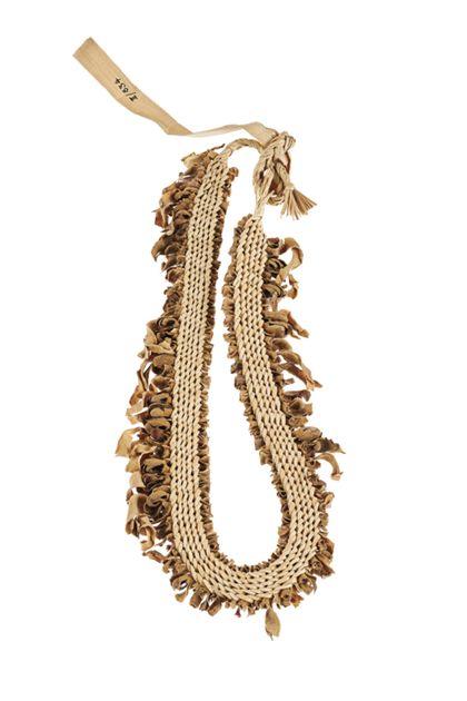 Halsband aus Pandanuss-Geflecht mit eingeflochtenen Blüten und Blättern.