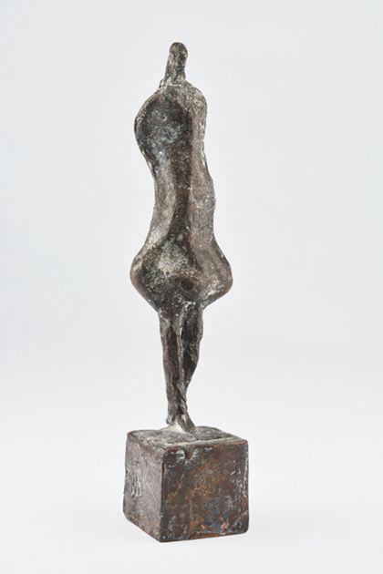 Abstrakte Bronzefigur einer Frau mit breiten Hüften und kleinem Kopf auf quadratischem Bronzesockel