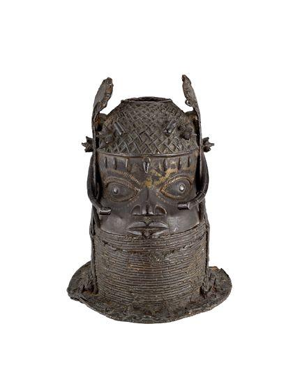 Aus Bronze gefertigte Büste mit seitlichem, flügelartigem Schmuck.