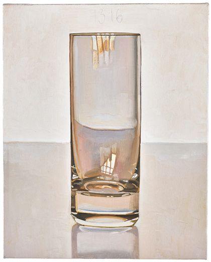 Leeres Glas mit Spiegelung, im Bildzentrum und darüber angebrachter Nummerierung 1316