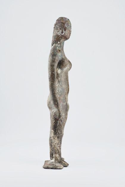 Bronzefigur eines stehenden weiblichen Aktes mit langem Haar auf schmaler Standplatte, Seitenansicht nach rechts