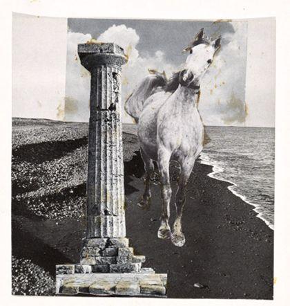 Collage mit einem Pferd und einer antiken Säule in einer Strandlandschaft stehend