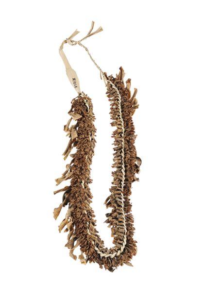 Halskette aus Pandanuss-Blattstreifen, eingeflochten Baumblüten und Blattstückchen.