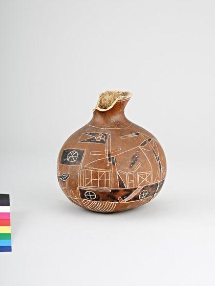 Karaffenförmiges Behältnis aus einer Kalebasse bestehend.