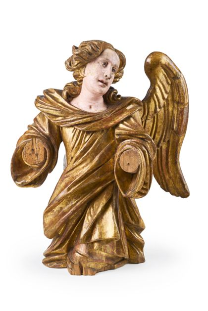 Der Engel kniet und hat den Blick gesenkt. Sein Gewand ist vergoldet und virtuos drapiert.