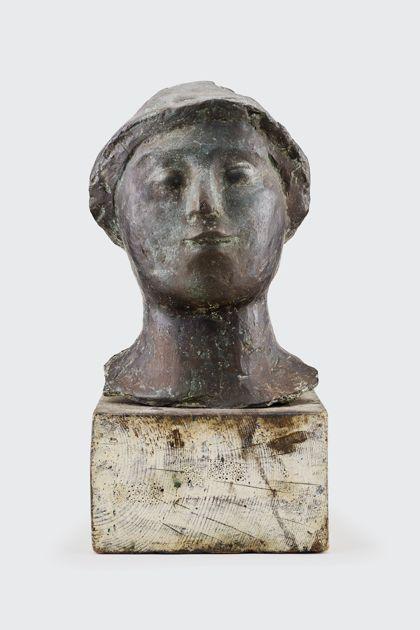 Bronzekopf mit Hut auf Holzsockel, Vorderansicht