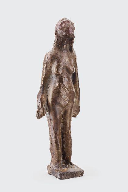 Bronzeplastik eines stehenden weiblichen Aktes auf schmalem Sockel, Vorderansicht
