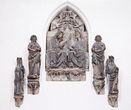 Sandsteinfiguren vom Freiburger Müster: Marienkrönung mit Engeln vom Dreiecksgiebel über der Turmvorhalle und den Heiligen Katharina und Margarethe.