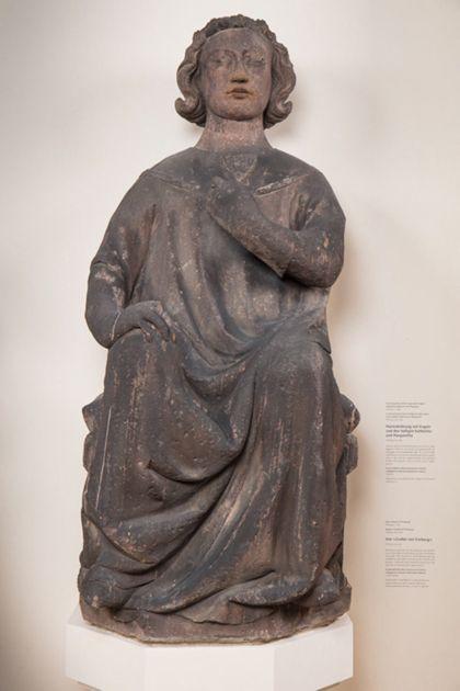 Sitzender Graf mit Stirnreif aus Sandstein.