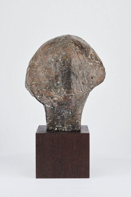 Bronzekopf einer jungen Frau mit mandelförmigen Augen und kurzem Haar auf Holzsockel, Rückansicht
