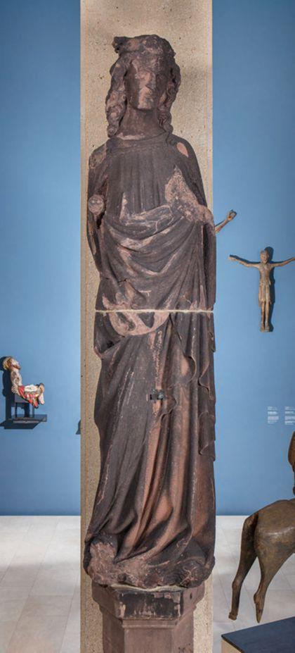 Weit überlebensgroße Sandsteinfigur eines schmalen, in den Proportionen gelängten Propheten als König David.