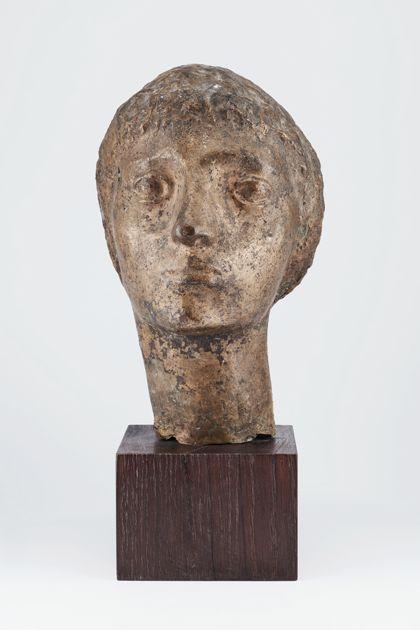 Bronzekopf einer jungen Frau oder eines jungen Mannes auf Holzsockel, Vorderansicht